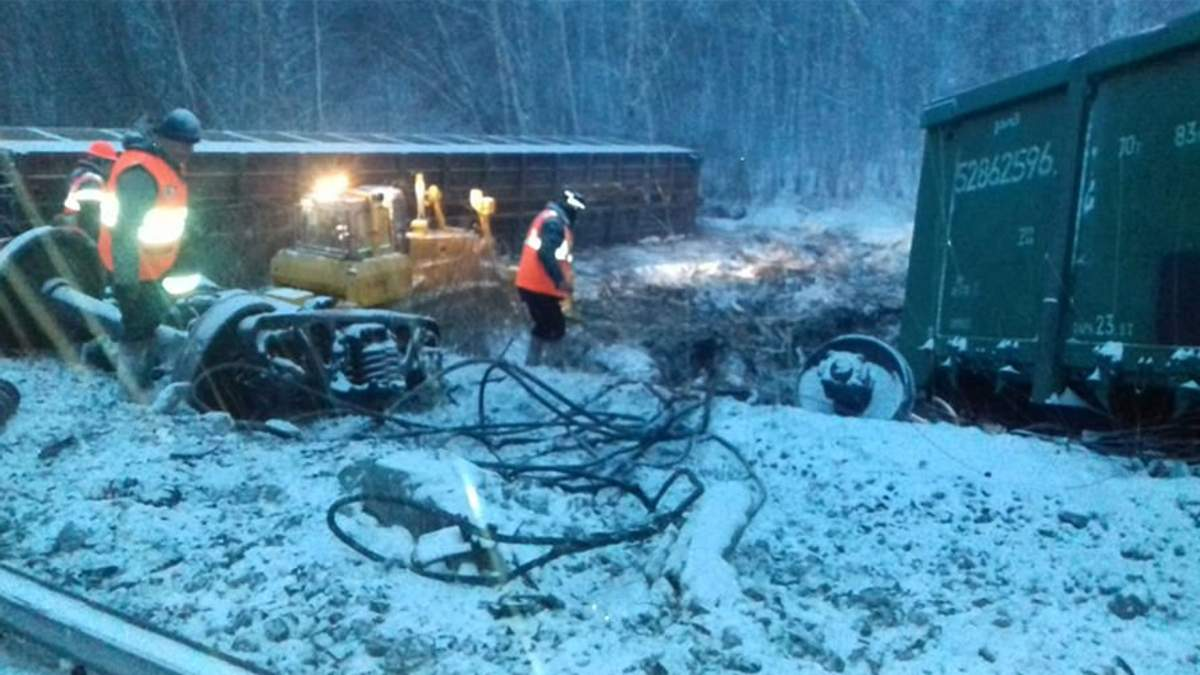 У Росії зійшов з рейок потяг з військовою технікою: фото і відео з місця аварії