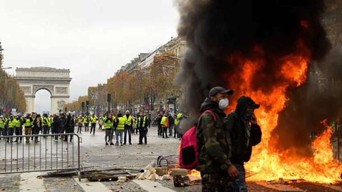 Протести у Франції: у Парижі сталися сутички, поліція застосувала водомети та сльозогінний газ