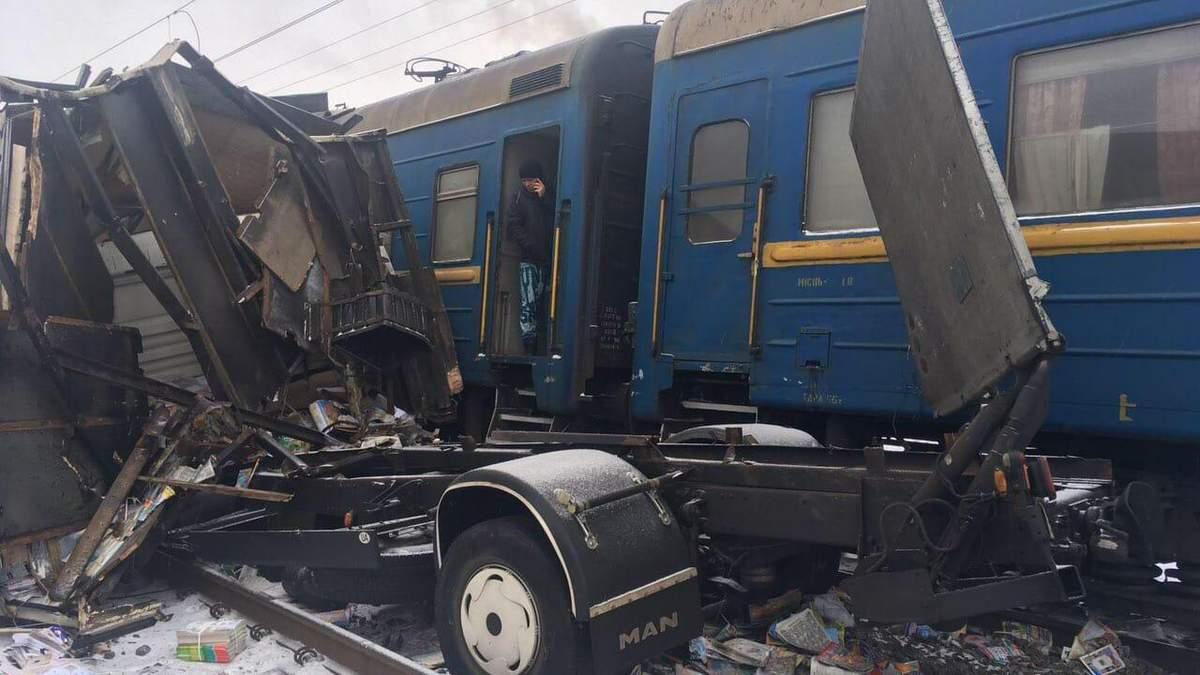 На Харківщині пасажирській потяг протаранив вантажівку: фото вщент розтрощеного авто