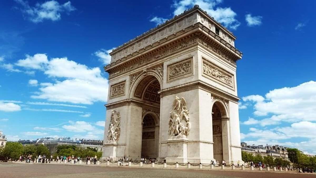 Протестующие повредили Триумфальную арку в Париже: фото разрушений