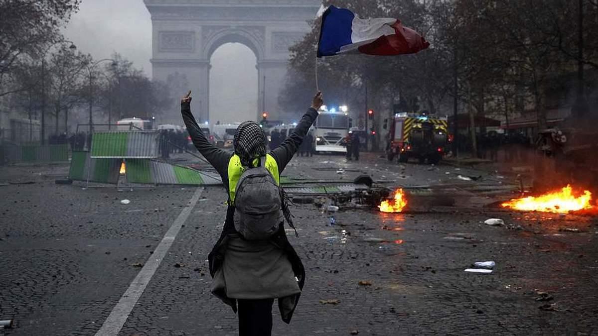 """В Париже оценили убытки от многотысячных протестов """"желтых жилетов"""""""