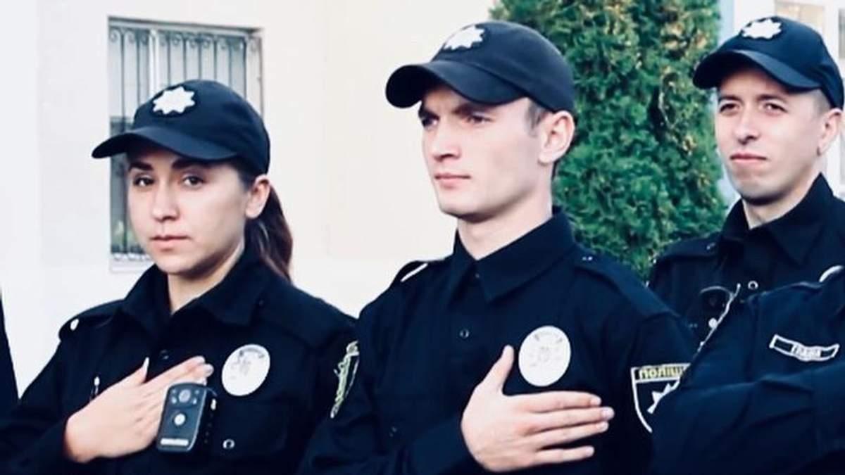 Харківський патрульний Денис Кучеренко (центр), який підозрюється у вимаганні грошей, втік до Росії