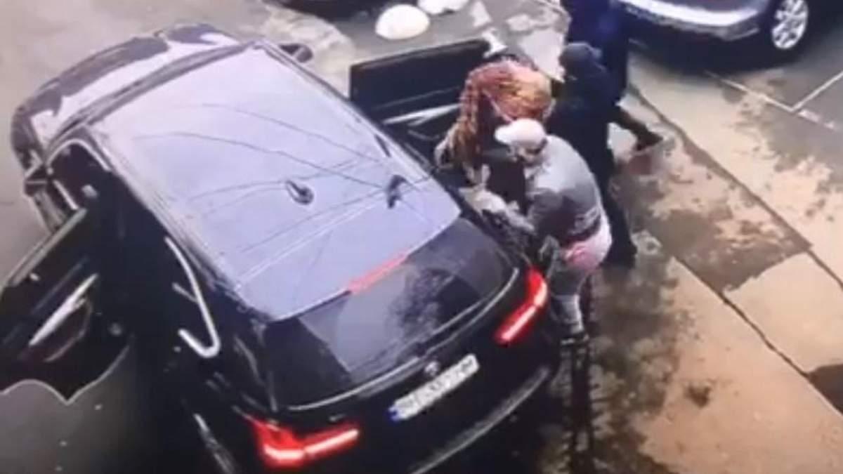 В Одесі група чоловіків посеред білого дня викрала дівчину: відео