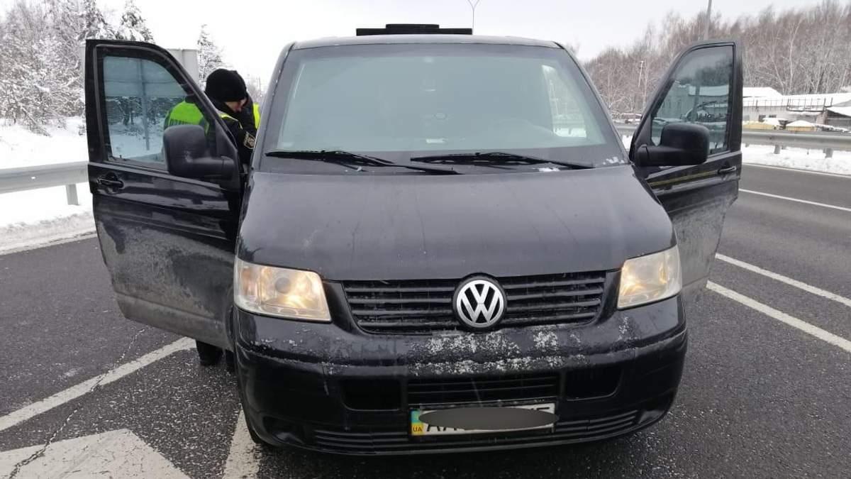 Почули крики про допомогу: поліція випадково врятувала викраденого чоловіка під Києвом, відео
