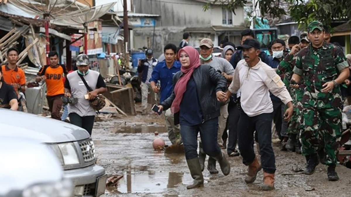 Цунамі в Індонезії: рятувальники для пошуку вцілілих людей використали дрони та собак