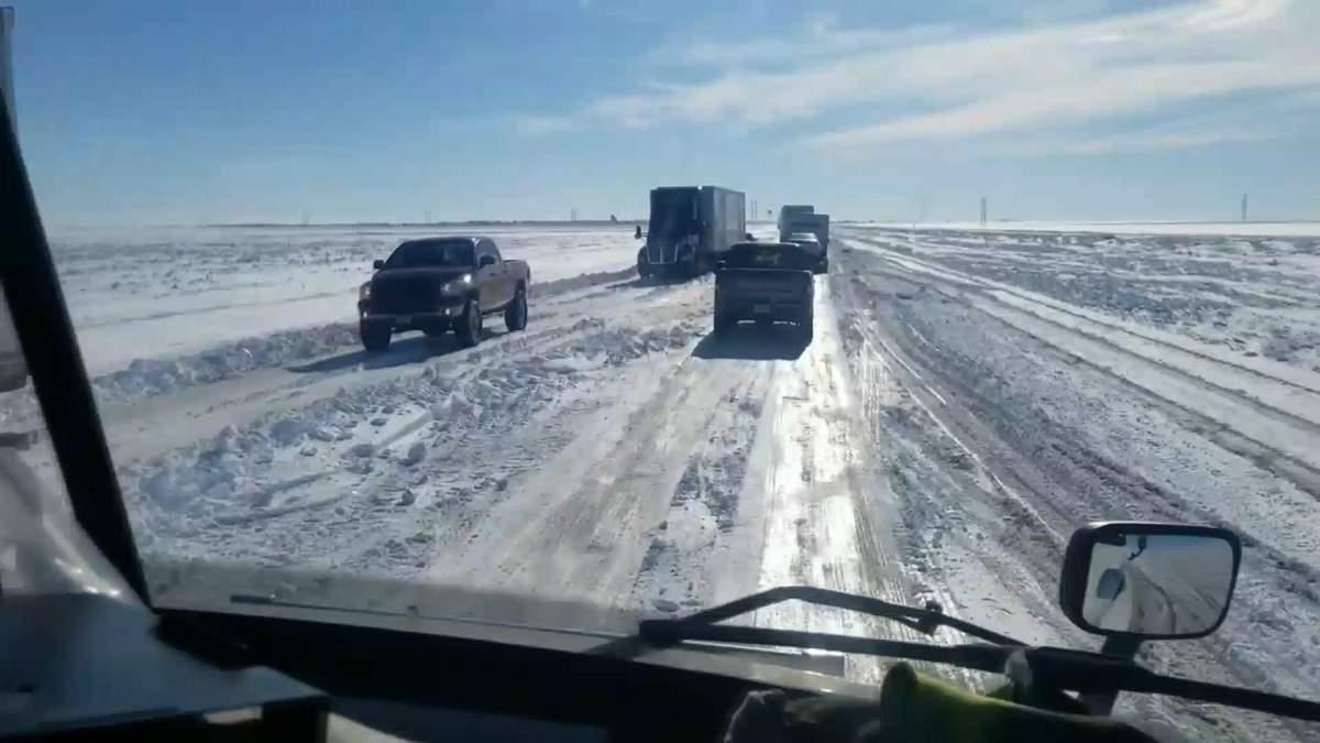 В США из-за мощного снегопада отменены более 800 авиарейсов: фото и видео непогоды
