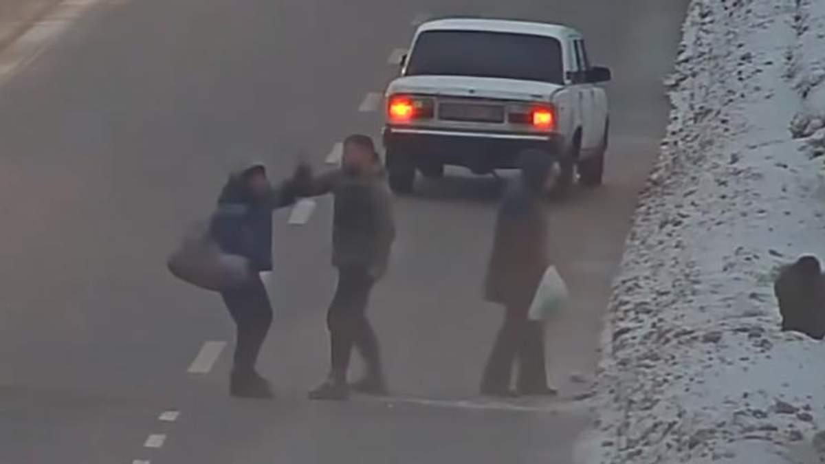 Водій жорстоко побив пішоходів-порушників, які перебігали дорогу: відео