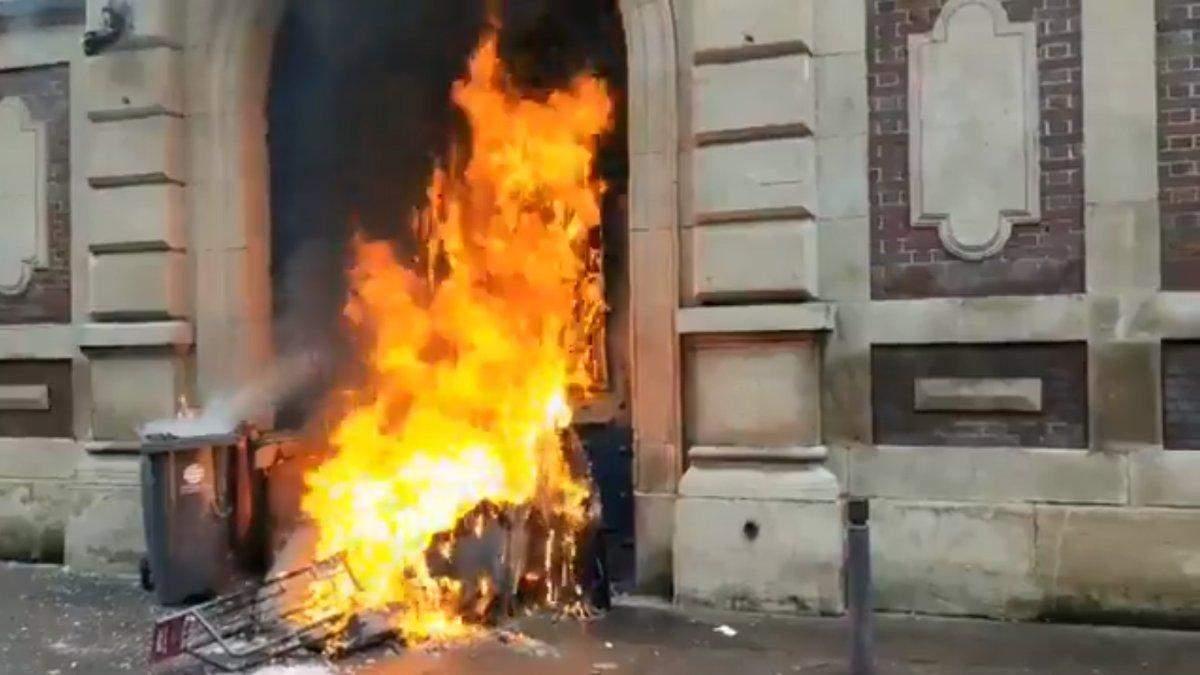 """""""Жовті жилети"""" підпалили Банк Франції у Руані: відео"""