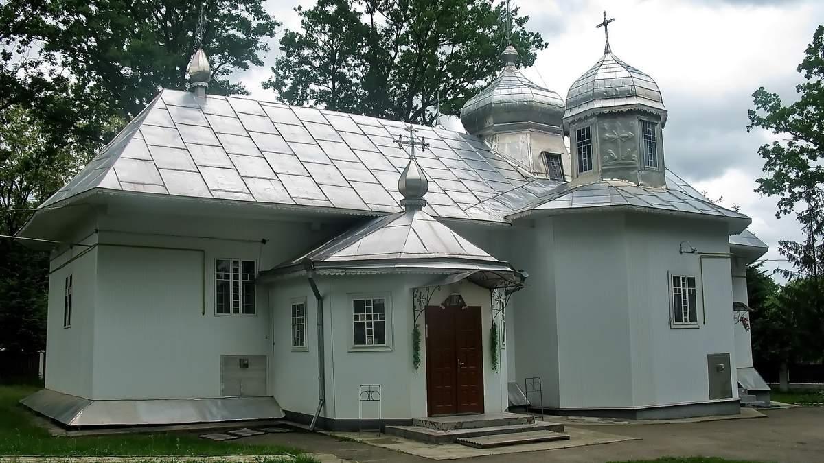 На Буковині до ПЦУ приєдналась ще одна парафія: прихильники УПЦ МП протестували і били поклони