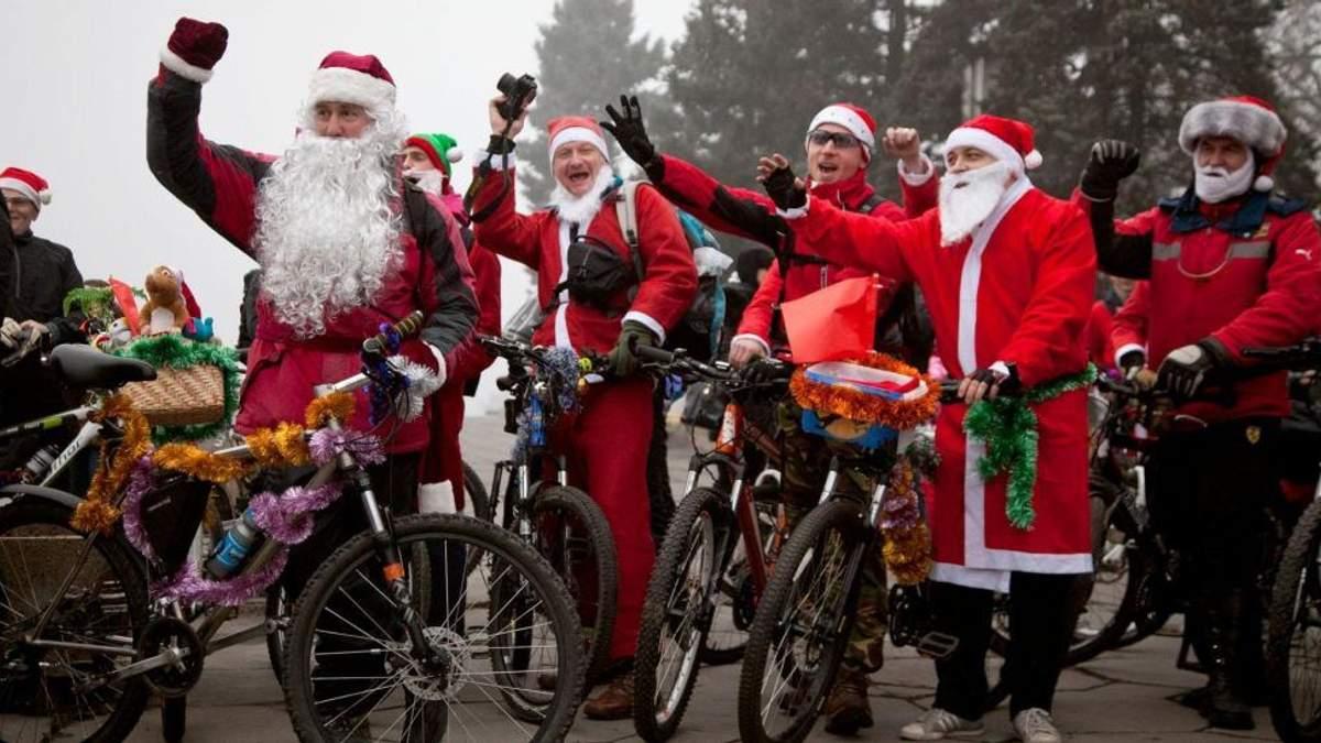 Сотня Санта-Клаусів на велосипедах проїхалася центром Запоріжжя: яскраві фото та відео