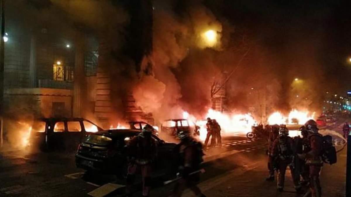 """После акции """"желтых жилетов"""" загорелись авто возле штаб-квартиры популярной газеты во Франции"""