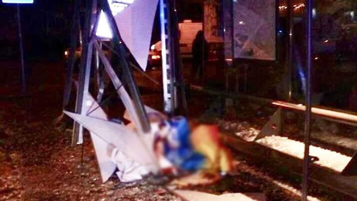 Фото с места ДТП во Львове, где авто на остановке насмерть сбило женщину