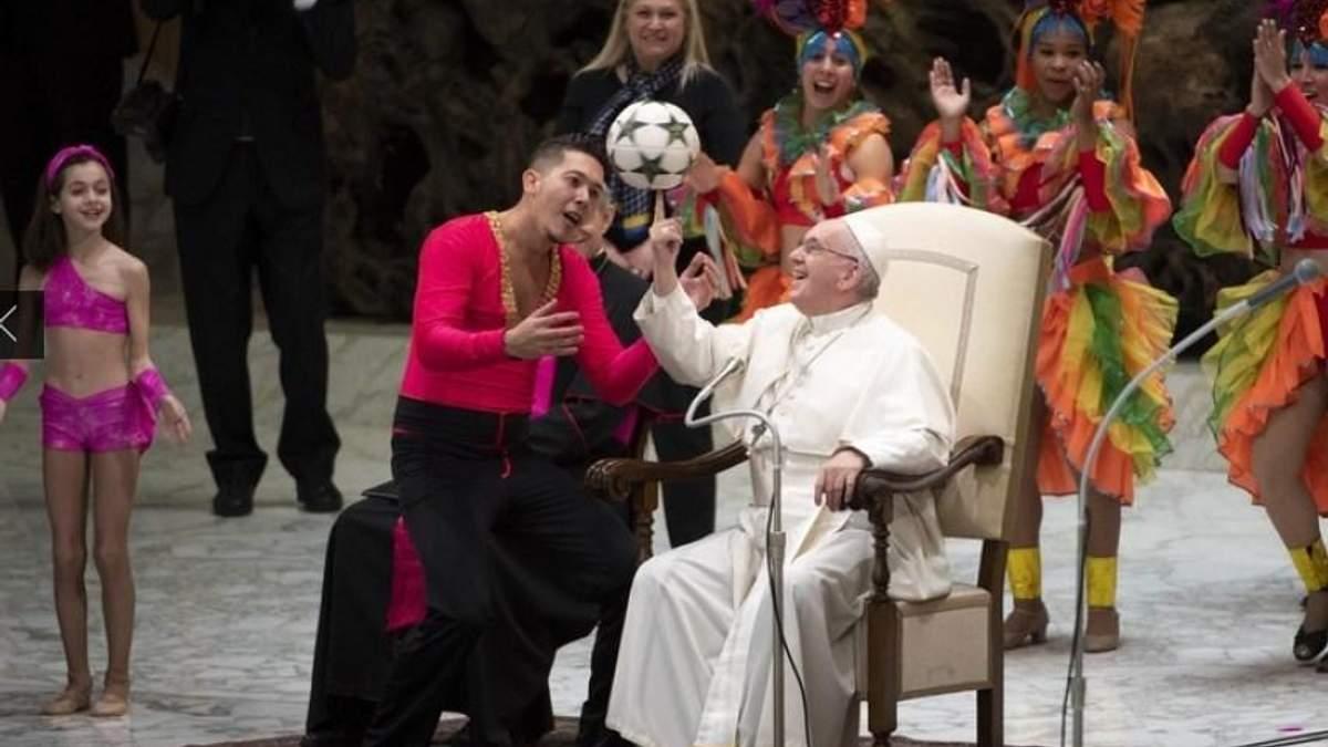 Папа Римский продемонстрировал, что умеет крутить мяч на пальце
