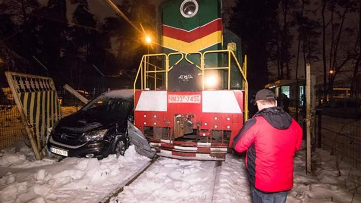 В Киеве поезд протаранил автомобиль Honda: фото и видео