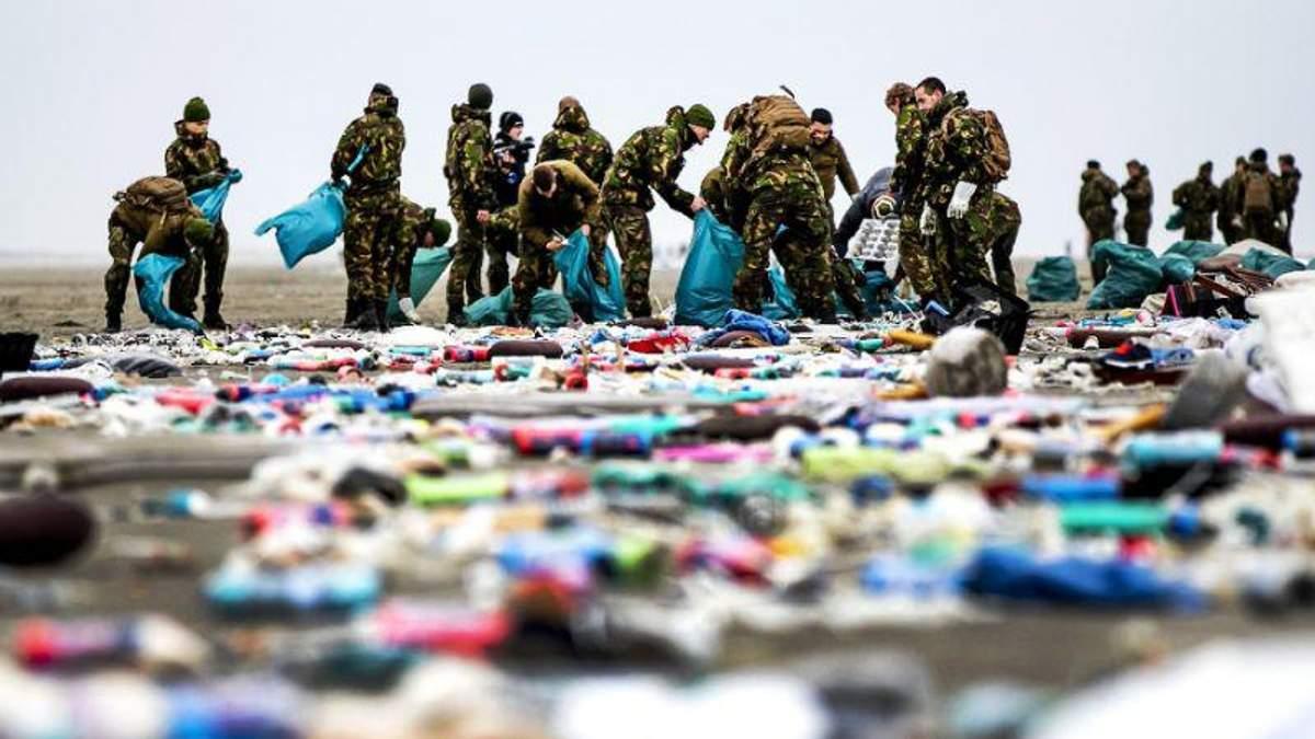 У Нідерландах сотні товарів із загублених у морі контейнерів викинуло на узбережжя