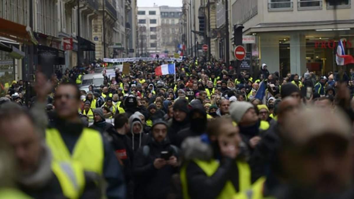 """У Франції тривають мирні акції протесту """"жовтих жилетів"""", які незадоволені політикою уряду"""