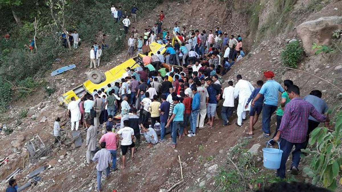 В Индии автобус со школьниками упал в пропасть: есть жертвы