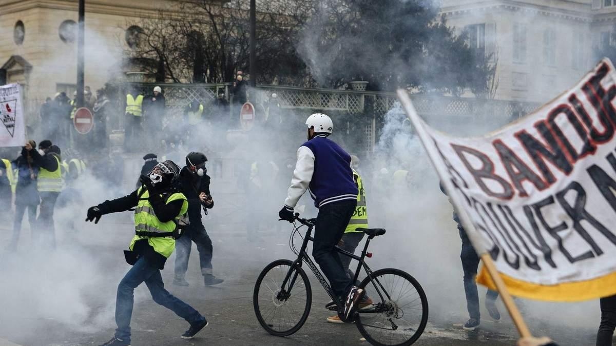 """Протести """"жовтих жилетів"""" у Парижі: мітингарі атакували офіс речника уряду"""