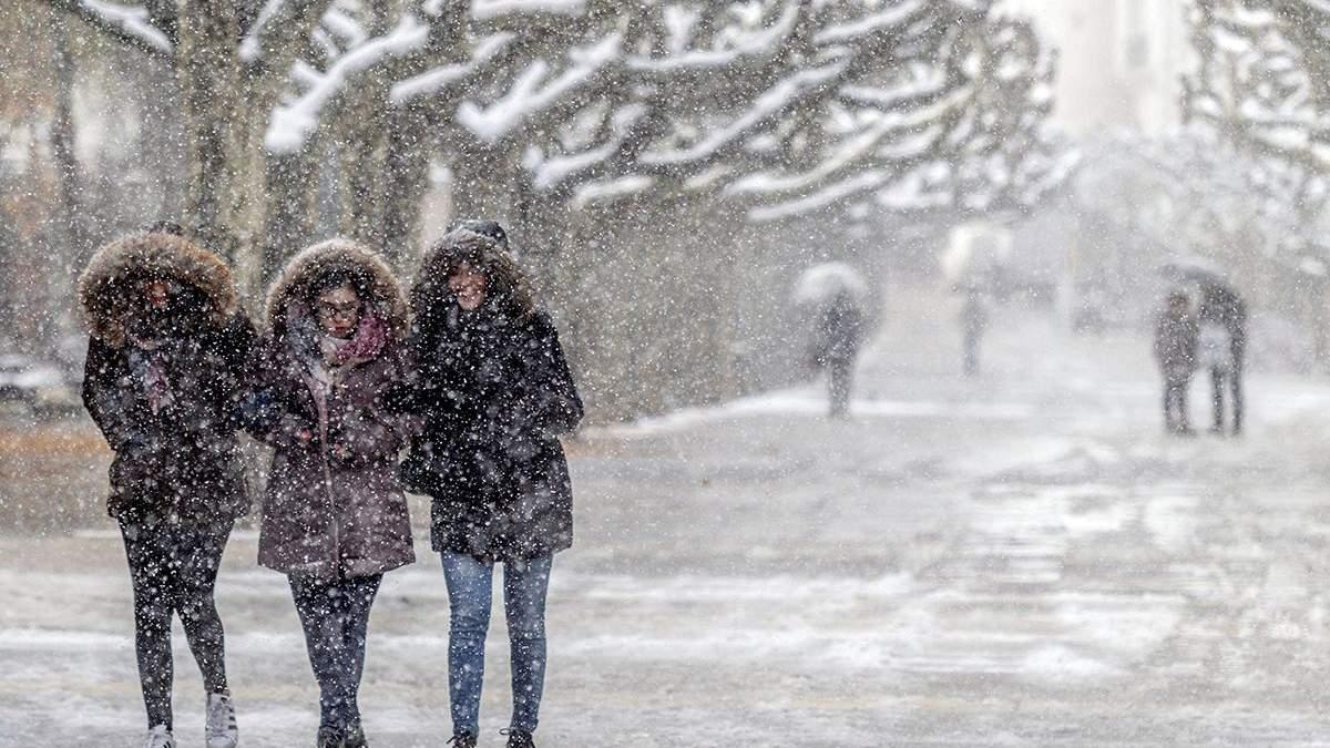 Европу засыпало снегом: какие страны страдают от непогоды