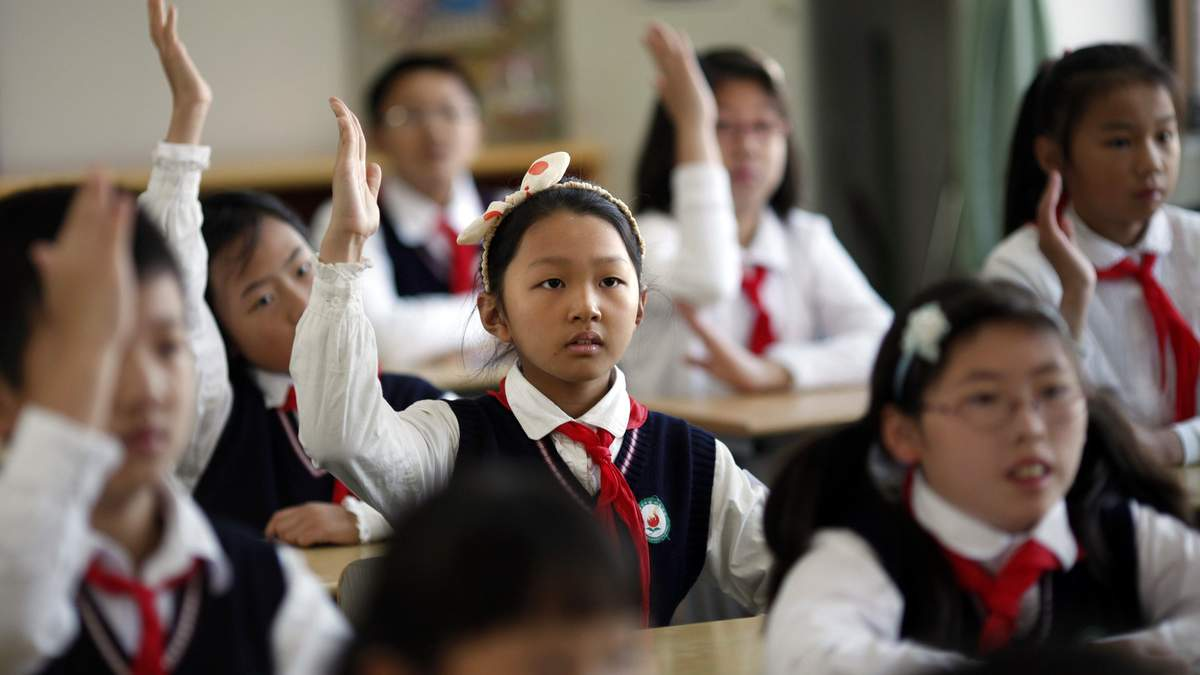 """В китайских школах ввели """"умную"""" форму: что она умеет"""