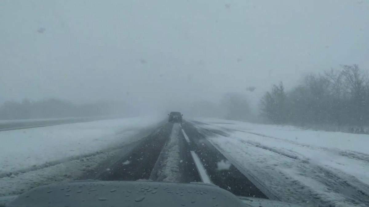 Потужні снігопади в Україні