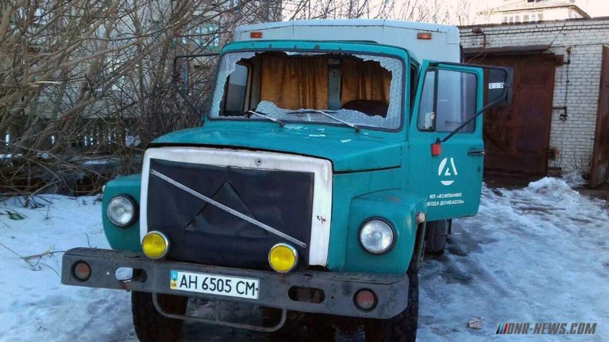 """Боевики обстреляли рабочих """"Воды Донбасса"""": водоснабженцы ранены, их авто сгорело"""