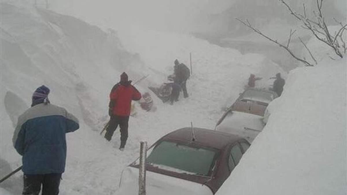 Три європейські країни опинились в полоні найпотужніших за 20 років снігопадів: фоторепортаж