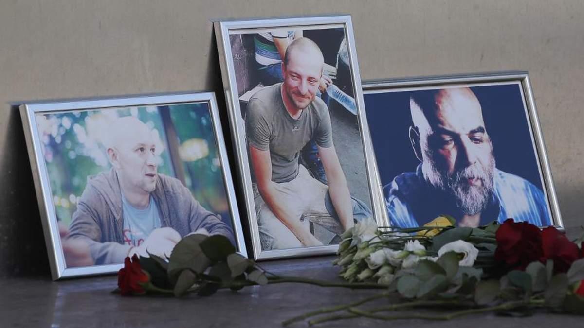 Вбиті російські журналісти Олександр Расторгуєв, Кирило Радченко та Орхан Джемаль (з лівого боку у правий)