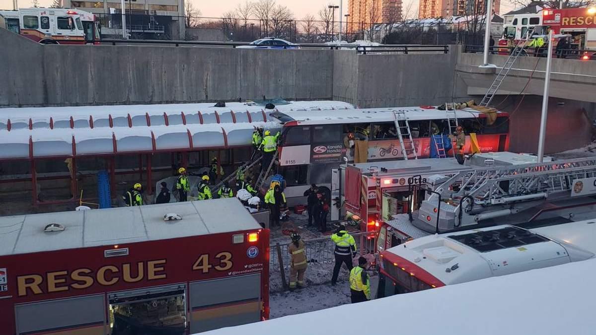 Место столкновения двухэтажного автобуса с остановкой в Канаде