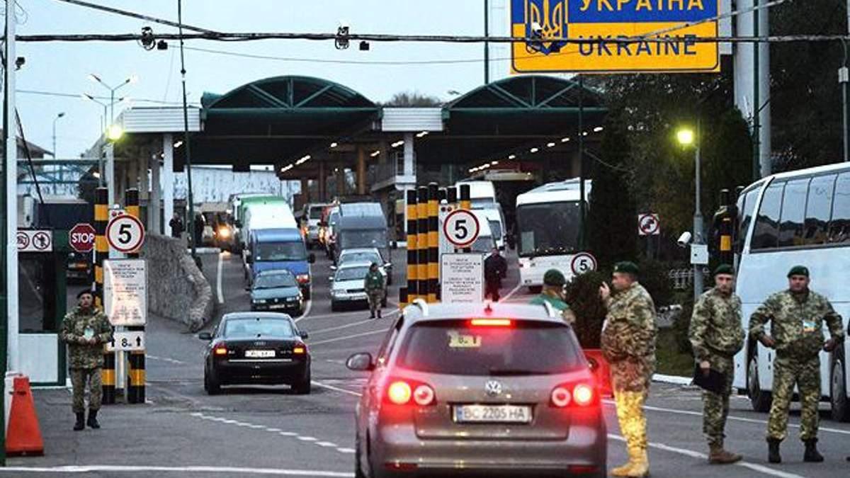 У трьох пунктах пропуску на кордоні з Польщею призупинять оформлення вантажівок