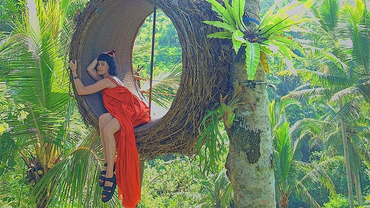 Співачка Даша Астаф'єва показала струнке тіло в купальнику