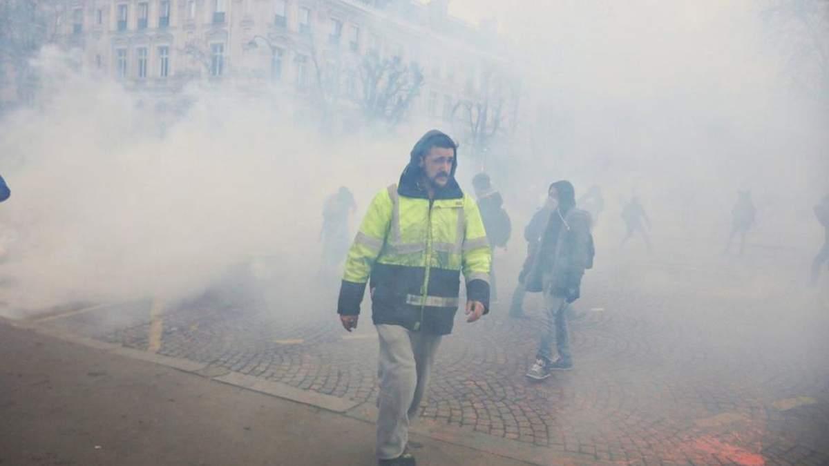 """В Париже против """"желтых жилетов"""" применили слезоточивый газ"""