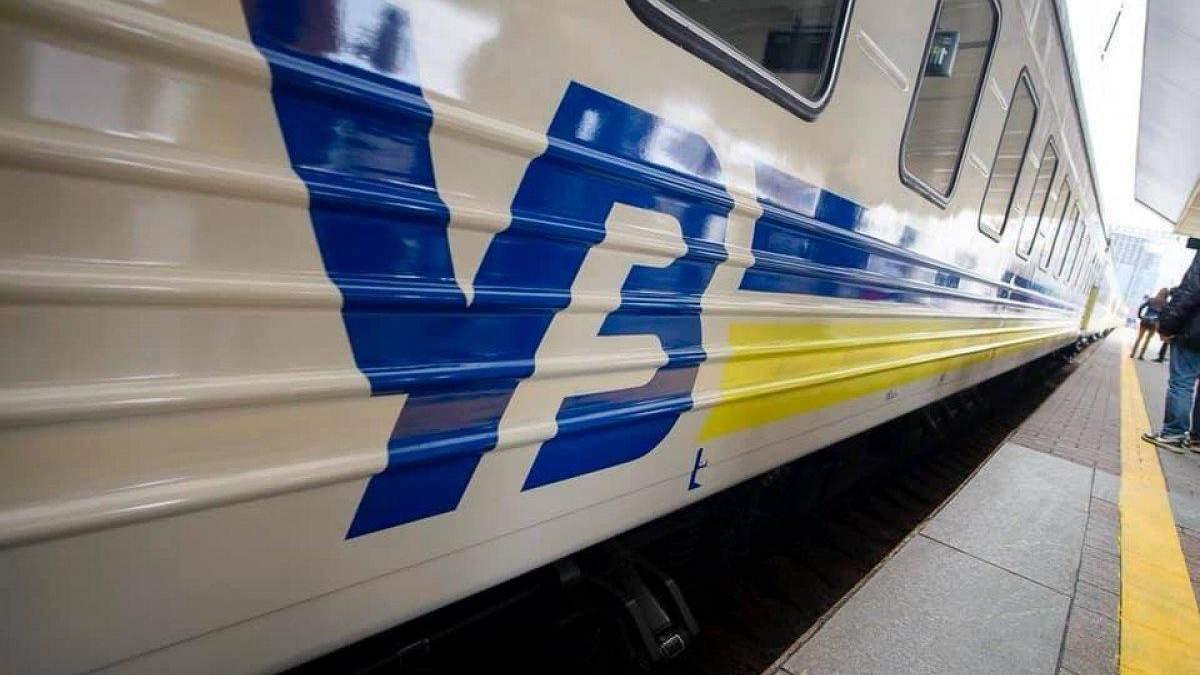 """У потязі """"Укрзалізниці"""" розгорівся скандал: пасажира відмовилися обслуговувати українською"""