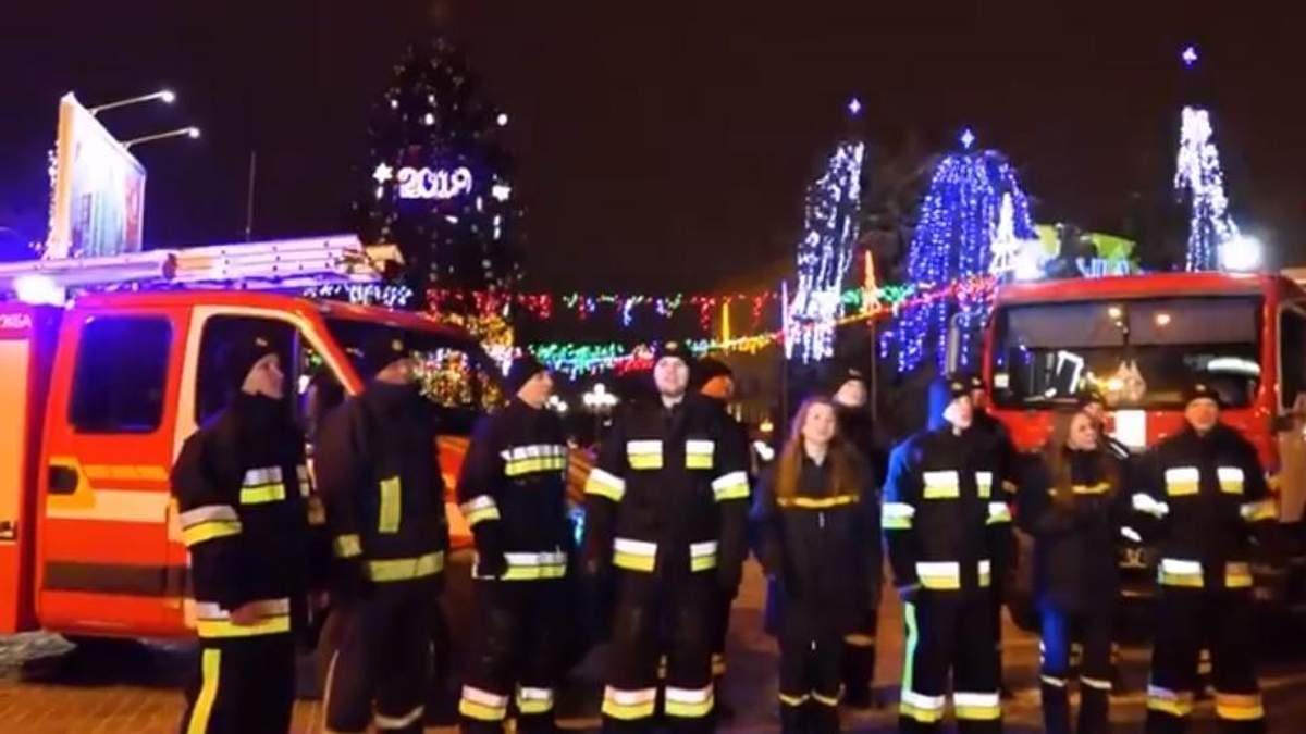 """Спасатели поздравили украинцев """"Щедриком"""""""