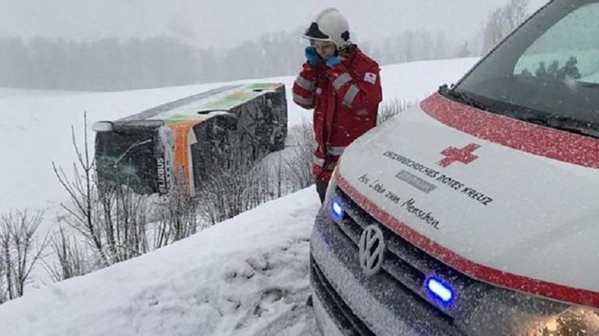 В Австрії під час хуртовини перекинувся автобус: є постраждалі