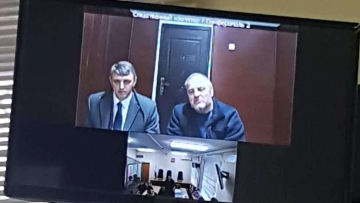 Эдем Бекиров вместе с адвокатом во время судебного заседания