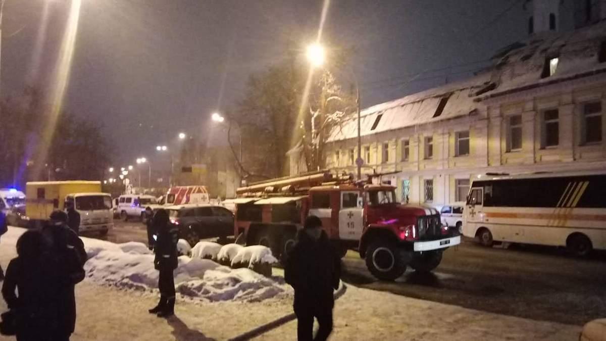 На территории Киево-Печерской лавры вспыхнул пожар: фото, видео