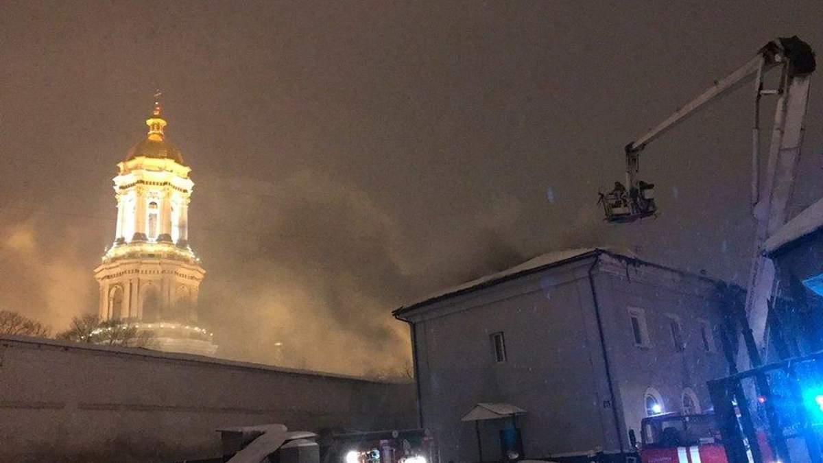 Через пожежу в Києво-Печерській лаврі не їздять тролейбуси