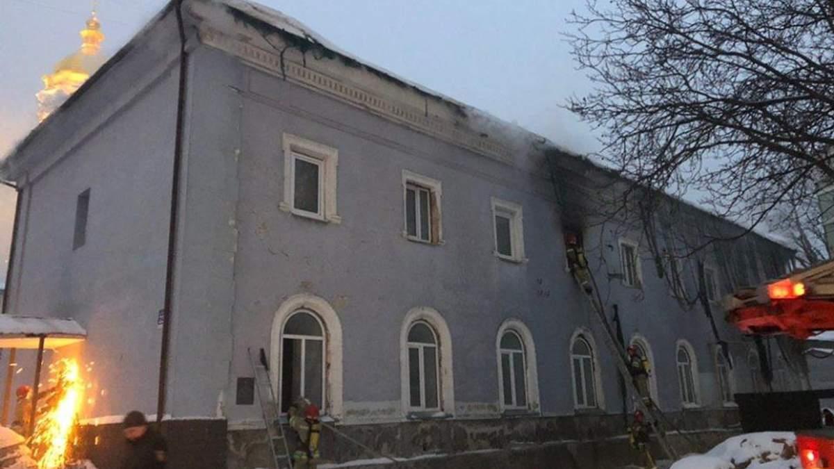 Пожар в Киево-Печерской лавре: огонь частично погасили