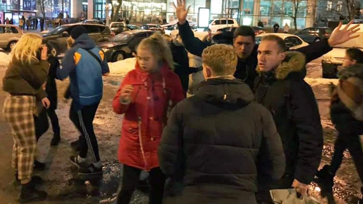 В Киеве на Дворце Спорта дети сильно избили мужчину – видео 18+
