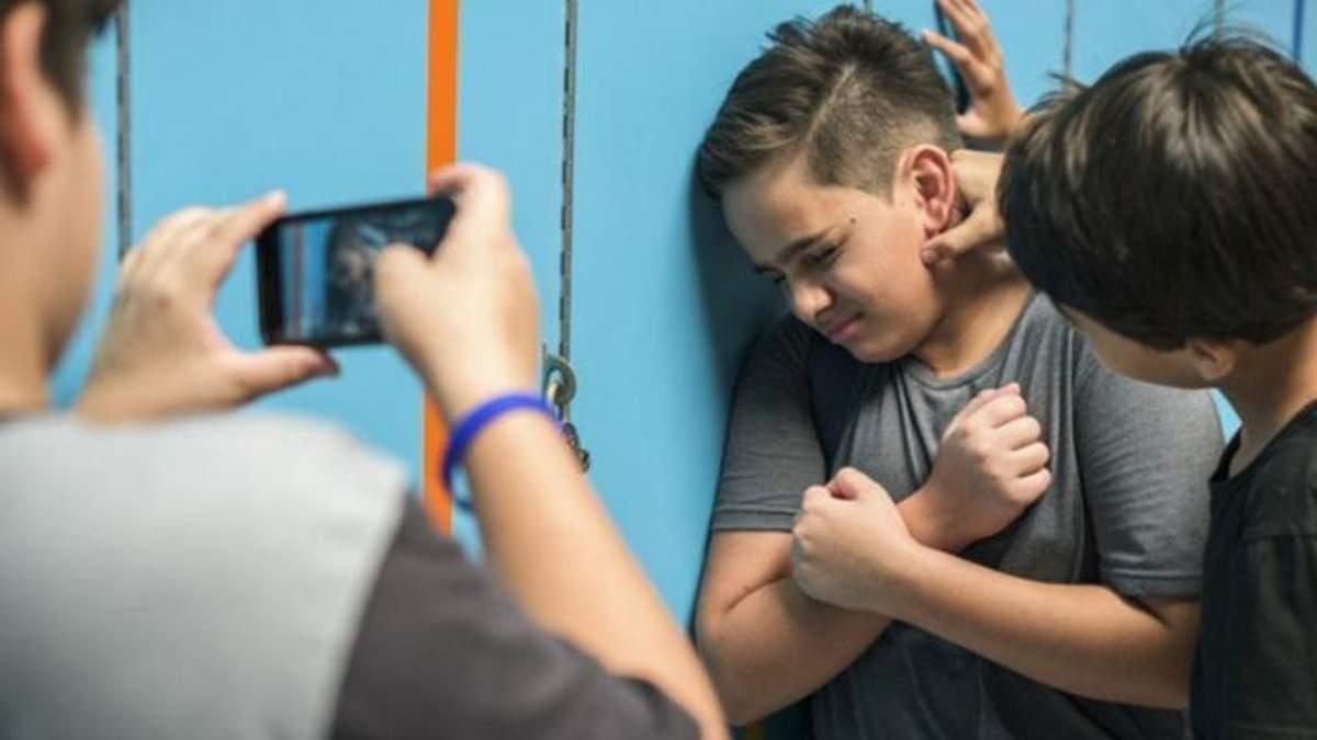 Порошенко підписав закон про булінг: як каратимуть прояви жорстокості у школі