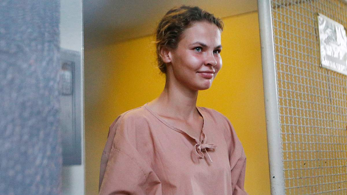 Одіозну Настю Рибку затримали в аеропорту у Росії: жінку хотіли посадити у візок