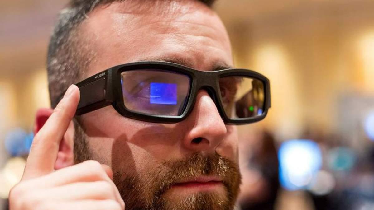 Вчені створила інноваційні окуляри, які проектують зображення на сітківку
