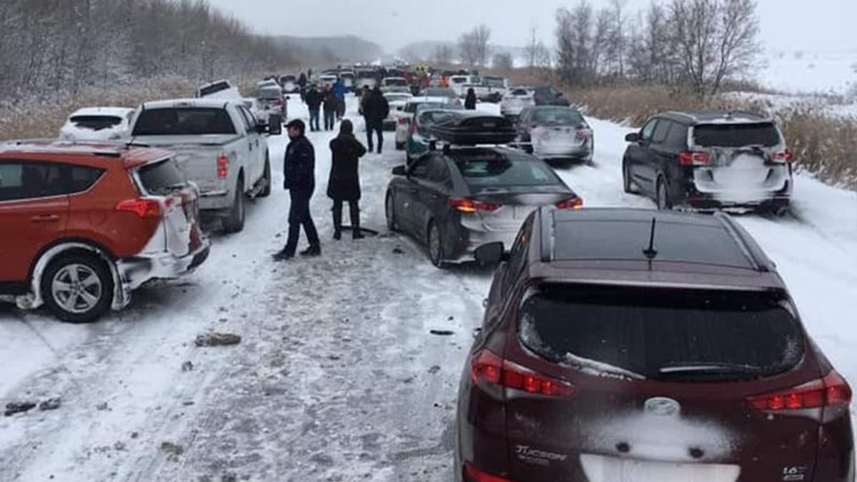 Через жахливу ожеледицю у Канаді зіткнулися 50 автомобілів