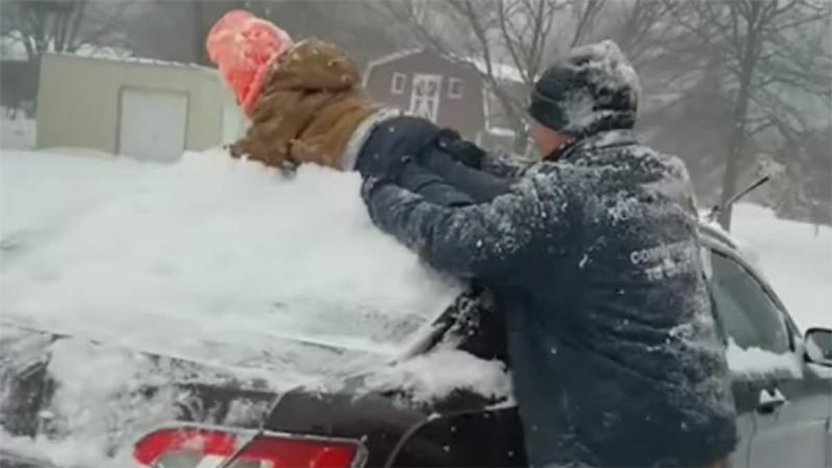 Син замість скребка: батько очистив машину від снігу власною дитиною і прославився – відео