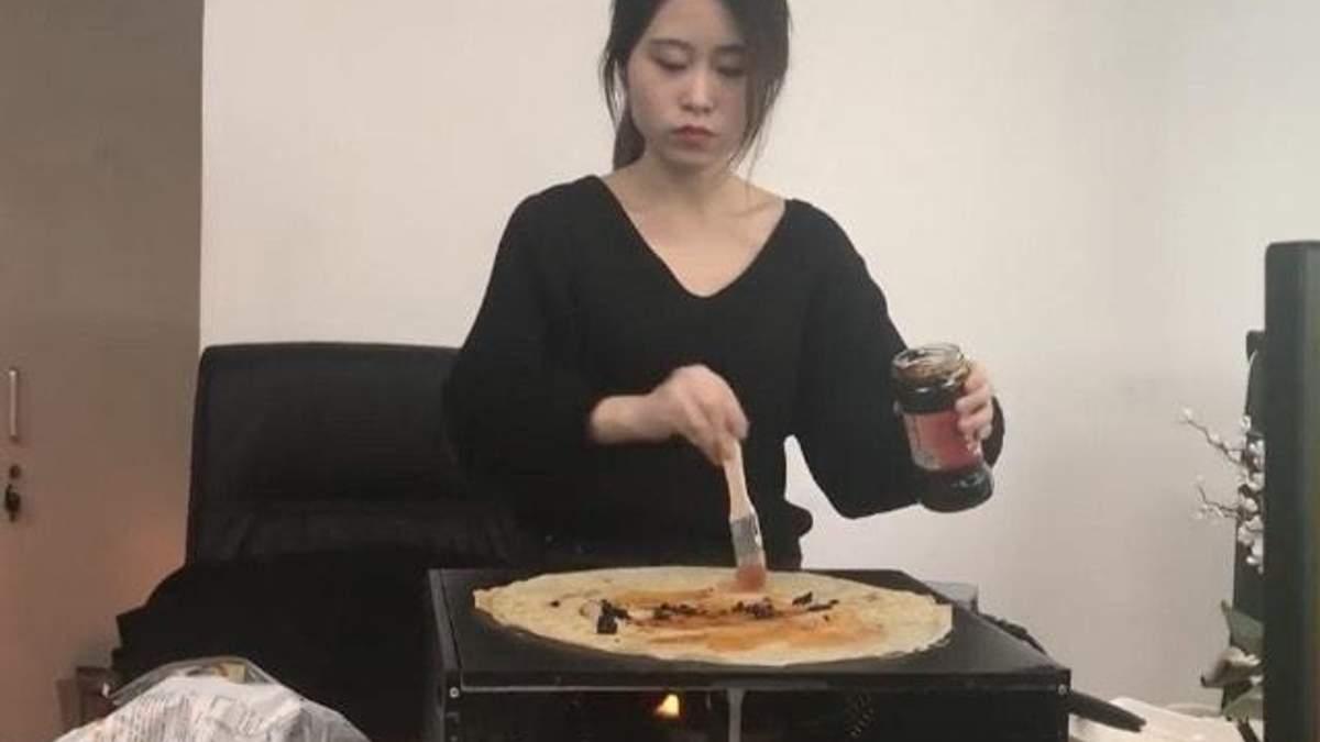 Китаянка приготувала млинці на офісному комп'ютері: кумедне відео