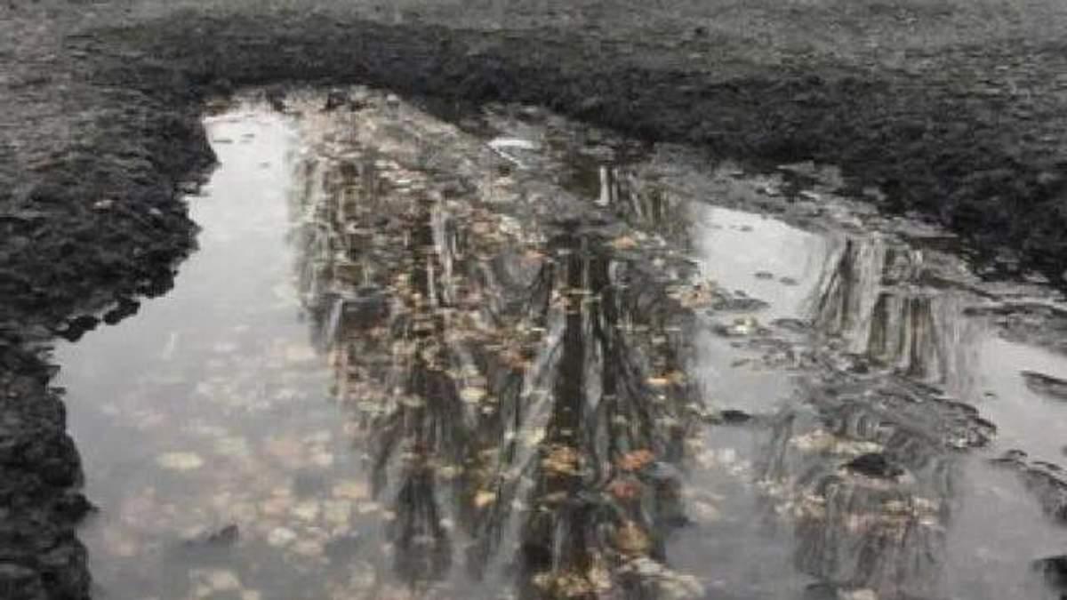Положенный в мокрую погоду асфальт под Киевом продержался всего 2 месяца: фото