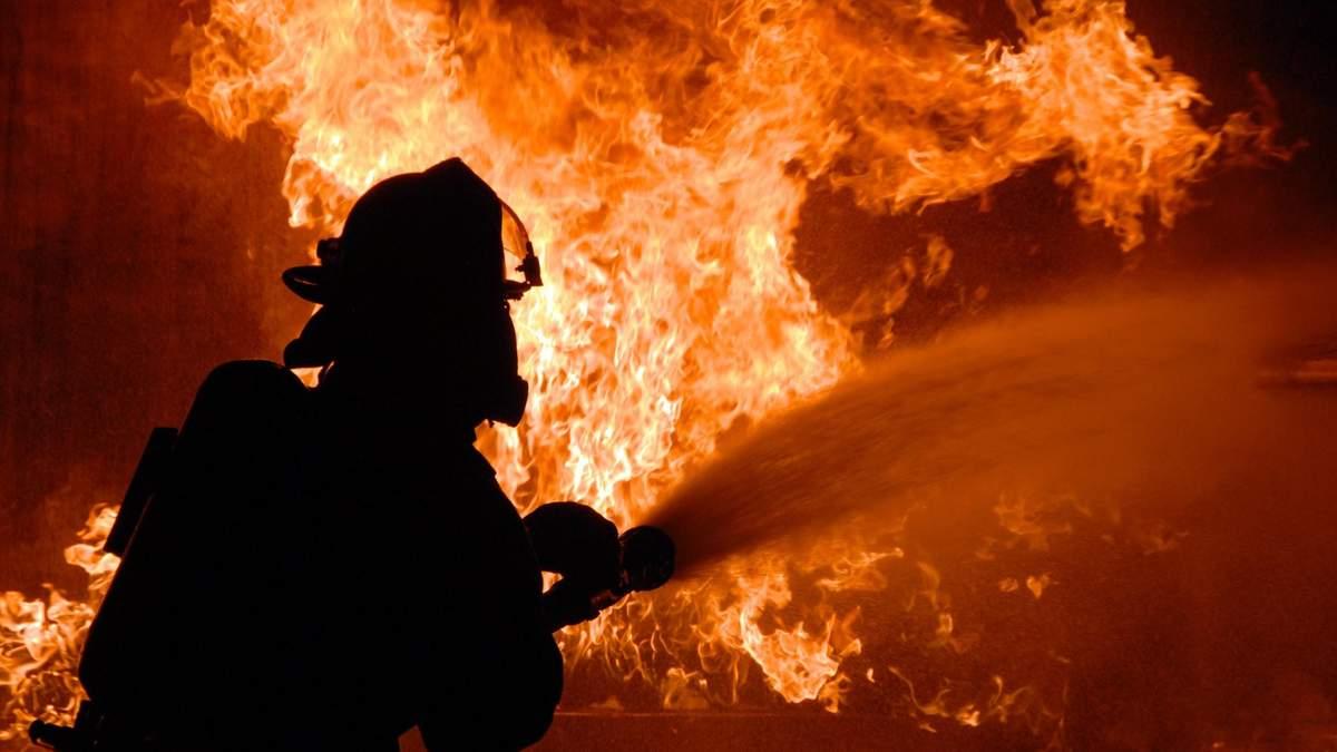 На Киевщине в результате пожара сгорело 12 квартир: фото и видео