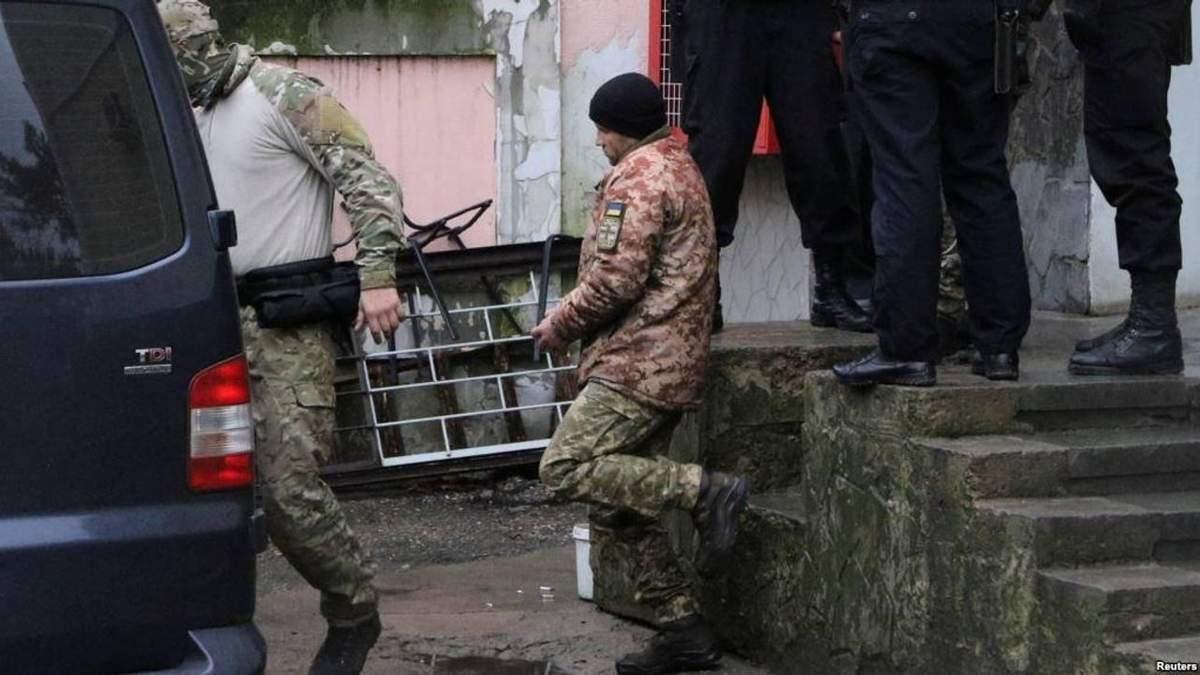 Суд в Москве оставил 4 моряков под стражей