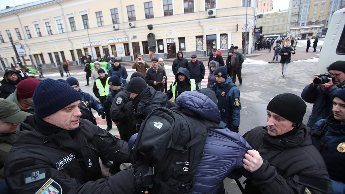 Поліція оприлюднила відео штурму райвідділу активістами у столиці